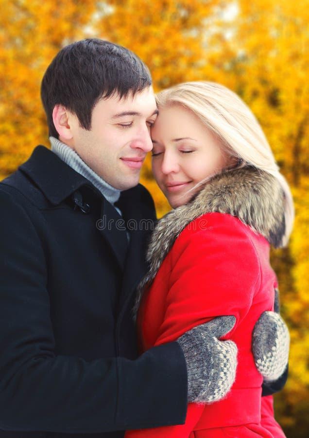 Romantische Paarumarmungen der glücklichen Liebhaber im Herbst lizenzfreie stockfotos