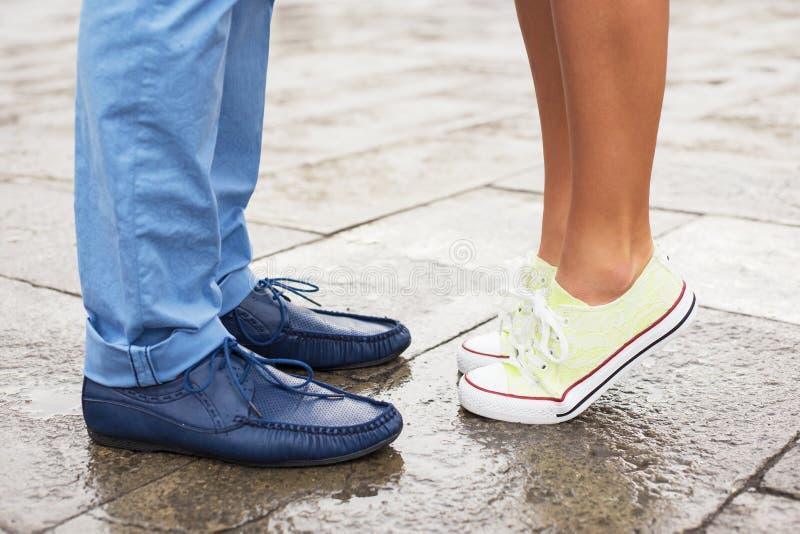 Romantische paarvergadering in stad stock foto's