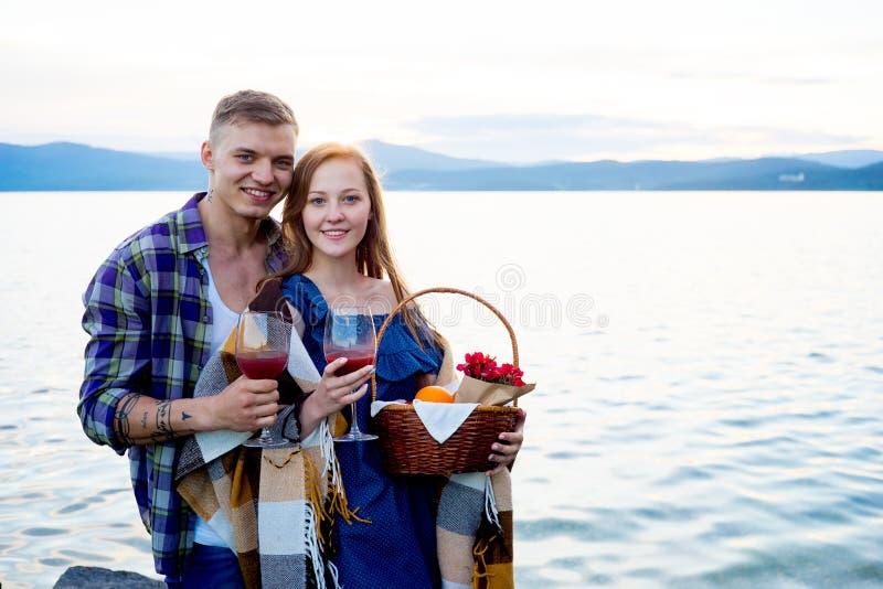 Romantische picknick door het meer stock afbeelding
