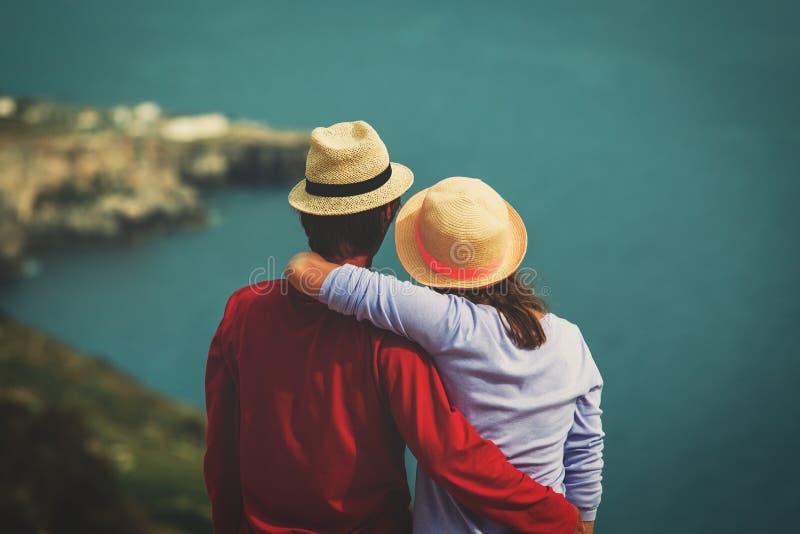 Romantische Reise - glückliche junge liebevolle Paare auf Meer machen Urlaub stockbild