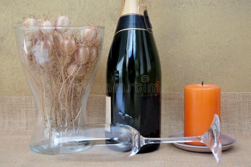 Romantische scène met bloemen, champagne en kaars royalty-vrije stock afbeeldingen