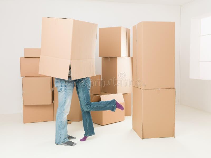 Romantische scène tijdens bewegend huis stock foto's