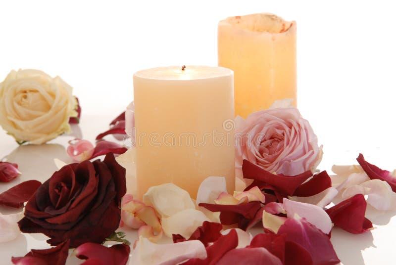 Romantische schöne rosa und weiße Rosen Blumenblätter mit Kerze stockfotografie