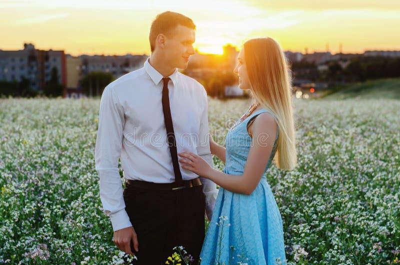 Romantische sinnliche junge Paare in der Liebe stockfotos