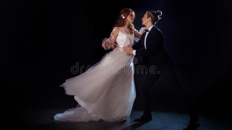 Romantische Sitzung, Porträt der Braut und Bräutigam Zurückhaltend, Kerl und Mädchen beeilen Sie sich zur Umarmung lizenzfreies stockbild