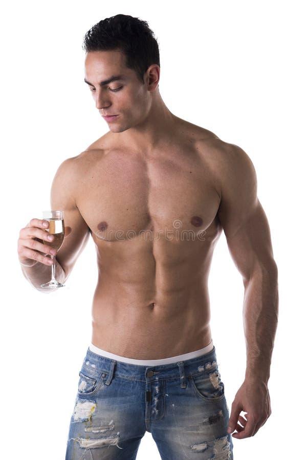 Romantische spier shirtless jonge mens die champagnefluit bekijken royalty-vrije stock foto