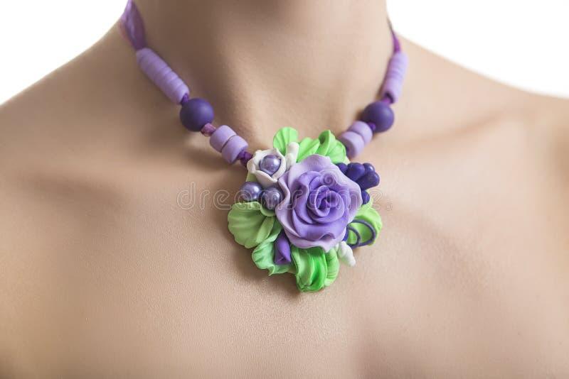 Romantische Stijl: Bloemenrose necklace fashion studio shot van J stock foto's