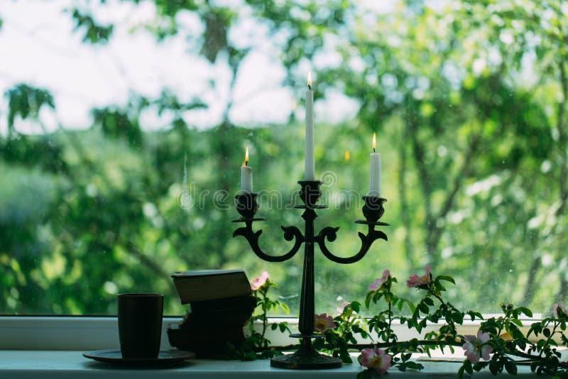 Romantische Stimmung romantische Stimmung mit Büchern und Kerzenhalter romantische Stimmung ohne Leute Romantisches Stimmungskonz stockfotos