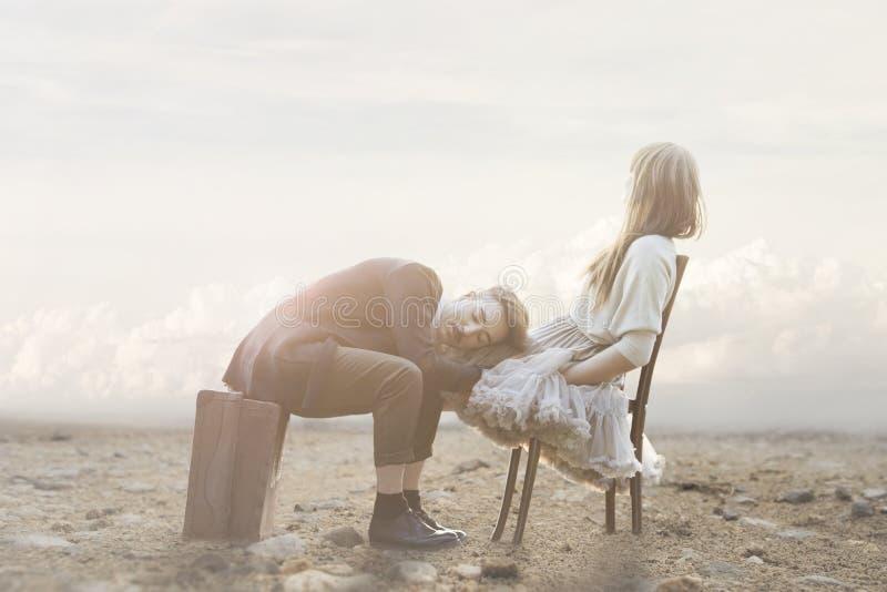 Romantische Szene eines Paares, das Gesten der Neigung in einer surrealen Atmosphäre hat lizenzfreies stockbild
