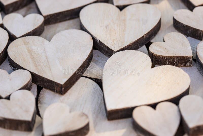 Romantische textuur als achtergrond van vele houten harten royalty-vrije stock afbeeldingen