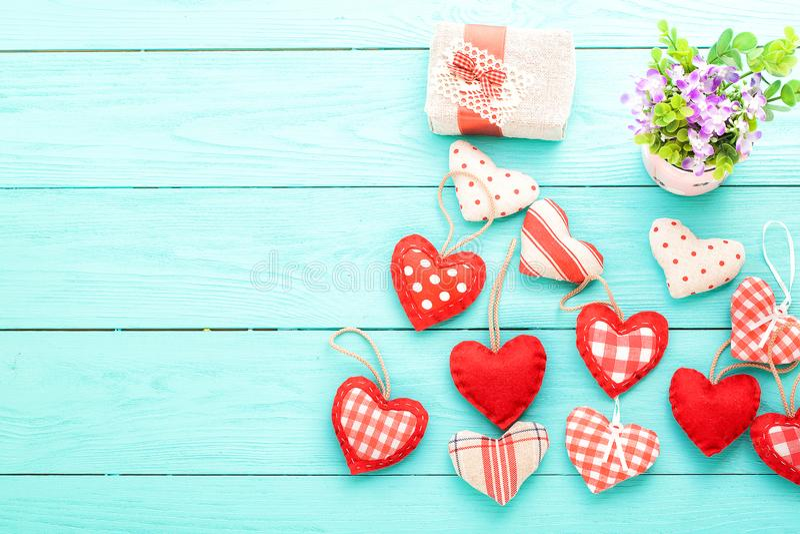 Romantische toebehoren en exemplaarruimte op blauwe houten achtergrond Moeder en valentijnskaartdag Spot omhoog De doos van de gi stock fotografie