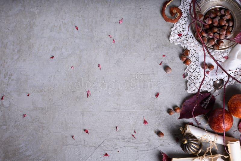 Romantische uitnodiging of liefdebrief, vruchten en noten over concrete achtergrond Huwelijk of de achtergrond van de valentijnsk stock foto's
