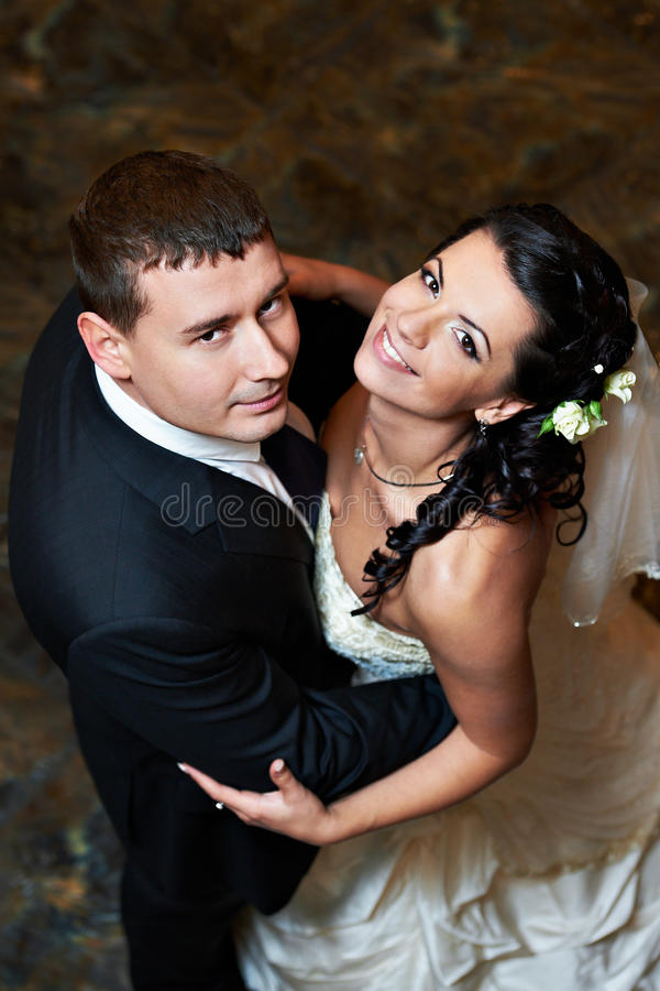 Romantische Umarmungbraut und -bräutigam in der Hochzeit tanzen lizenzfreie stockbilder