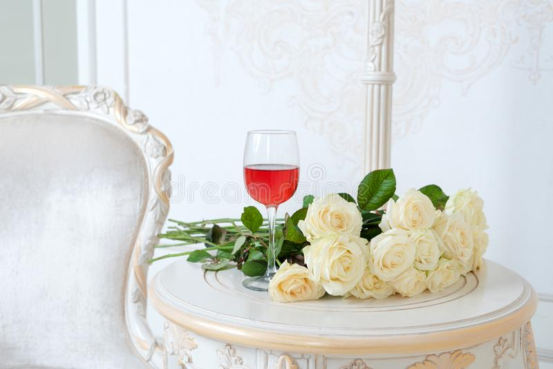 Romantische vakantiesamenstelling met wijnglas en rozen voor Valentijnskaartendag Liefde, gift en de lentevakantieachtergrond stock foto's