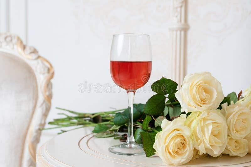 Romantische vakantiesamenstelling met wijnglas en rozen voor Valentijnskaartendag Liefde, gift en de lentevakantieachtergrond royalty-vrije stock afbeeldingen