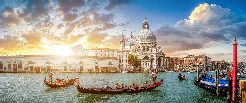 Romantische Venedig-Gondelszene auf dem Kanal groß bei Sonnenuntergang, Italien stockfotografie