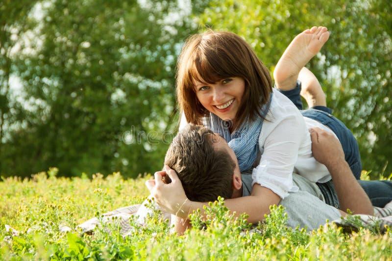 Romantische verhouding bij de zomerpicknick royalty-vrije stock foto