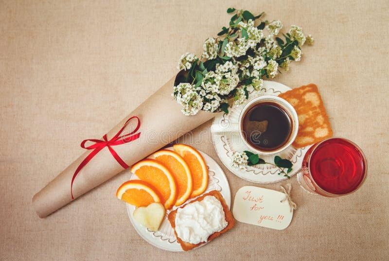 Romantische Verjaardag BreakfastCup van Koffie, Glas og rode Drank, Besnoeiingssinaasappel, Koekje met Kwark Wenskaart met Bloeme royalty-vrije stock afbeelding