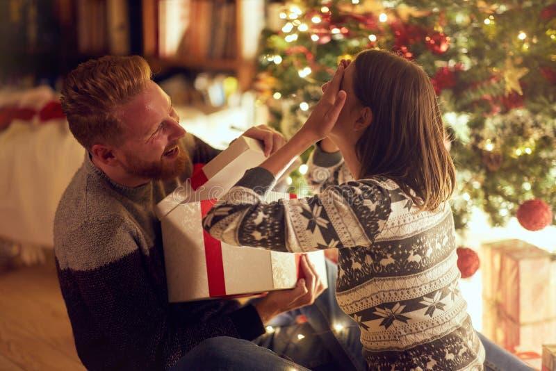 """Romantische verrassing vakantie†""""Vrolijk paar met gift het genieten van stock fotografie"""