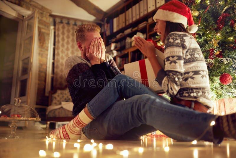 """Romantische verrassing vakantie traditie†""""Vrolijk paar met GIF stock foto's"""