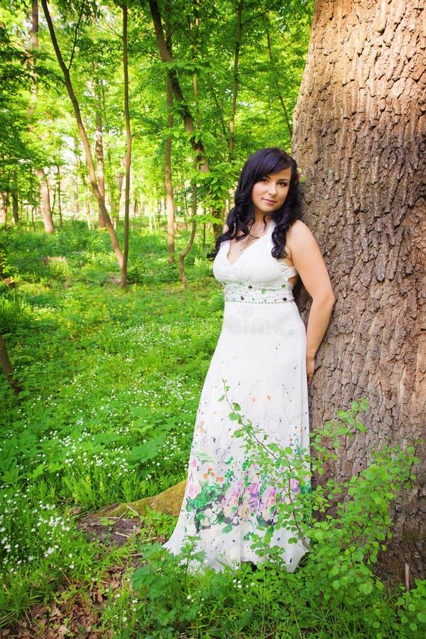 Romantische vrouw in de zomerbos stock foto
