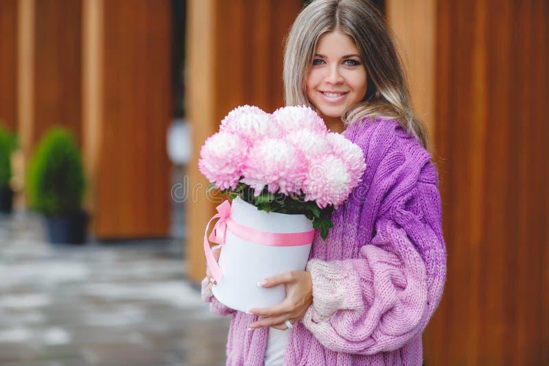 Romantische vrouw met bloemen in hun handen royalty-vrije stock foto