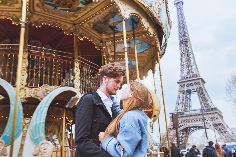 Romantische wittebroodsweken in Parijs stock afbeelding