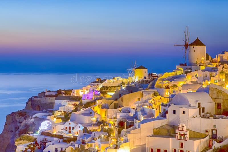 Romantische Zonsondergang bij Santorini-Eiland in Griekenland Beeld in Oia Dorp bij Schemer wordt genomen die Verbazende Zonsonde royalty-vrije stock afbeeldingen