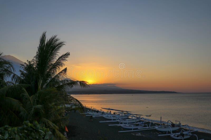 Romantische zonsondergang op een tropisch strand met palmen Zonsondergang op het strand met mooie hemel Zonsopgang op het strand  stock foto's
