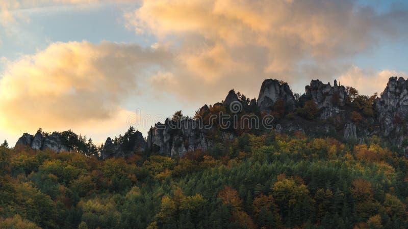 Romantische zonsonderganghemel in Sulov-rotsen, Slowakije stock foto's