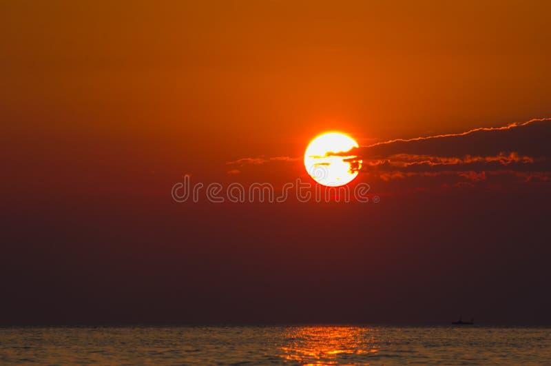 Romantische zonsopgang over het overzees royalty-vrije stock foto's