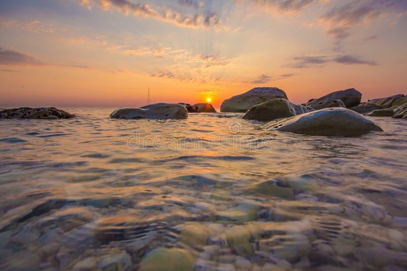 Romantische zonsopgang over het overzees stock afbeeldingen