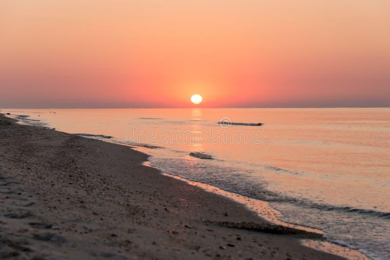 Romantische zonsopgang over het overzees royalty-vrije stock afbeelding