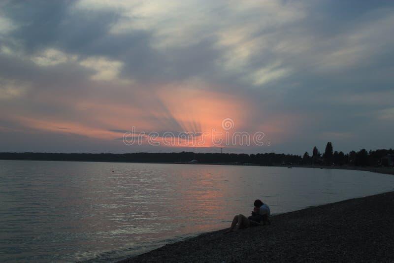 Romantischer Abend durch das Meer lizenzfreie stockfotos