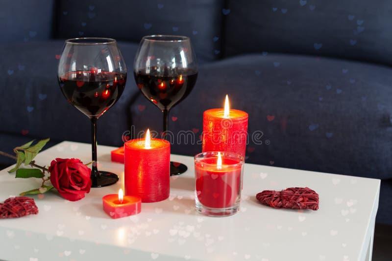 Romantischer Abend Mit Champagner, Kerzen Stockfoto - Bild