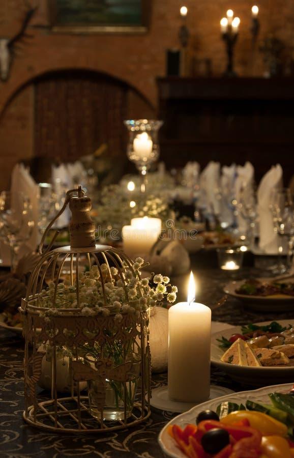 Romantischer Abendtisch lizenzfreie stockfotografie