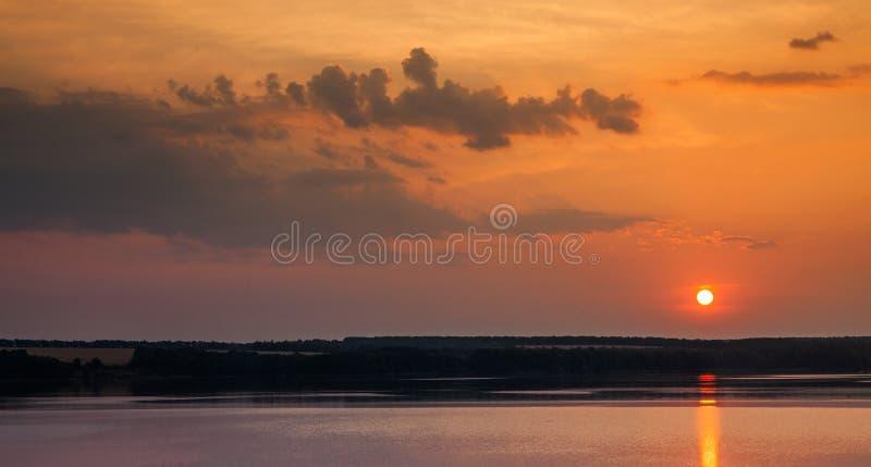 Romantischer Entspannungsabend am Ufer eines Süßwassersees Fairytale Panorama auf dem See mit glitzerndem Glanz stockbilder