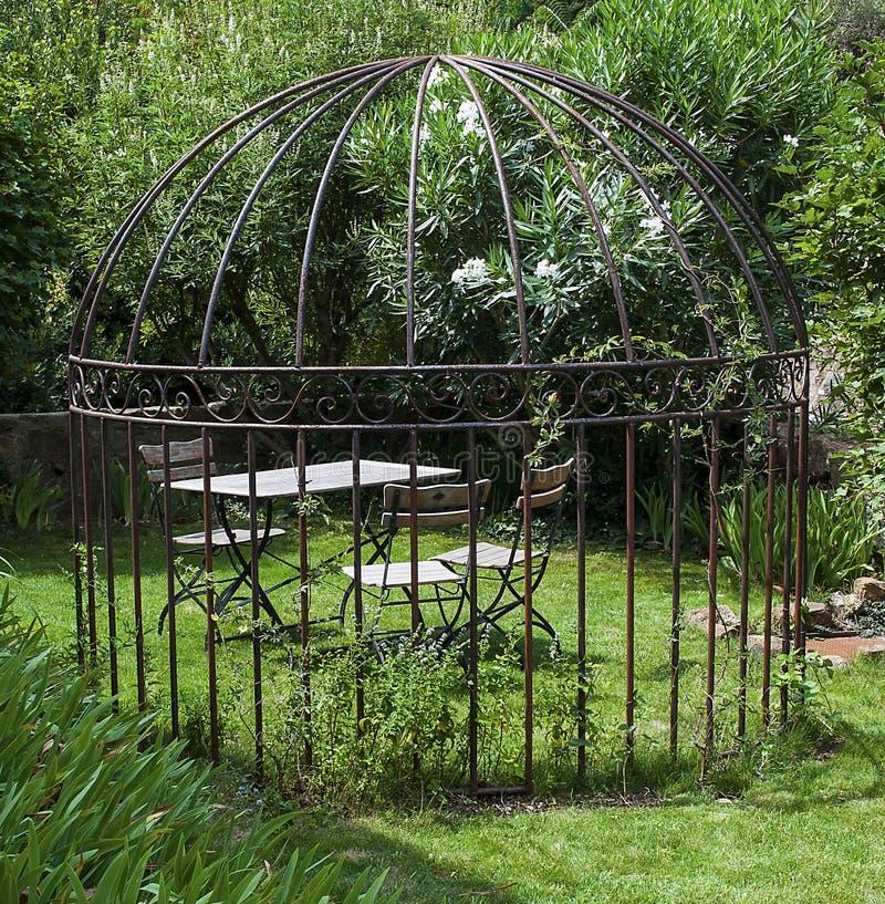 romantischer garten stockbild bild von eisen hochzeit. Black Bedroom Furniture Sets. Home Design Ideas