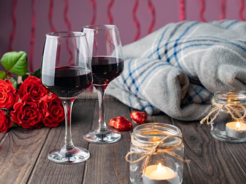 Romantischer Gemütlicher Abend Mit Wein, Blumen, Kerzen
