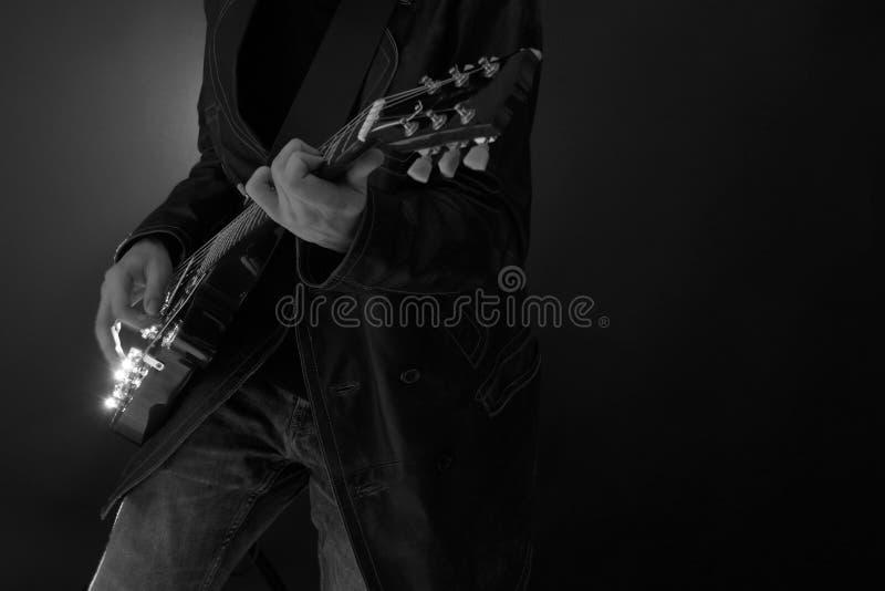 Romantischer gotischer Junge, der Gitarre spielt stockbild