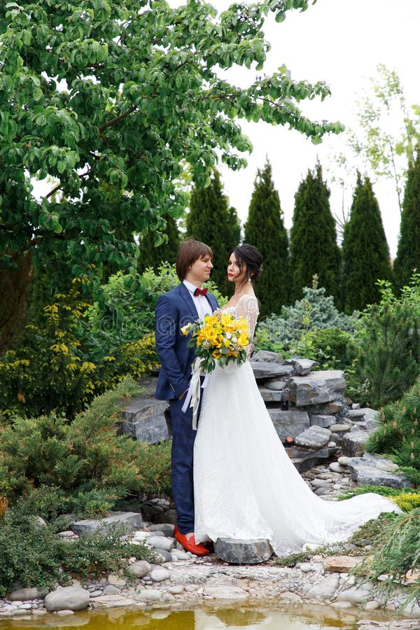 Romantischer Heiratsmoment, Paar des glücklichen Porträts der Jungvermählten lizenzfreie stockbilder