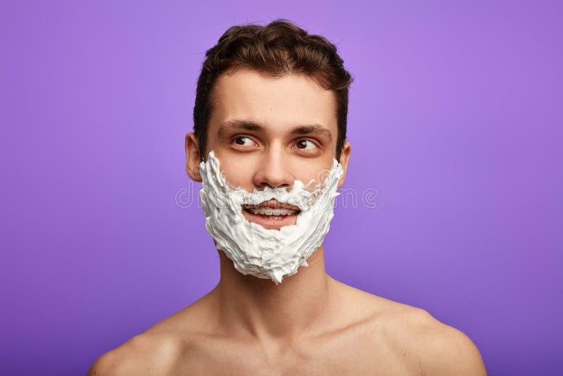 Romantischer hemdloser Mann mit dem Rasieren des Schaums stockbilder