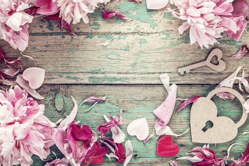 Romantischer Hintergrund mit rosa Pfingstrosen, Verschlussherzen und Schlüssel in lizenzfreie stockbilder