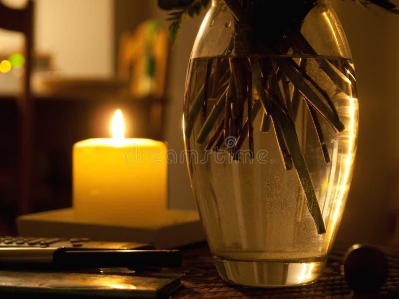Romantischer Kerze- und Blumenvase lizenzfreie stockfotos