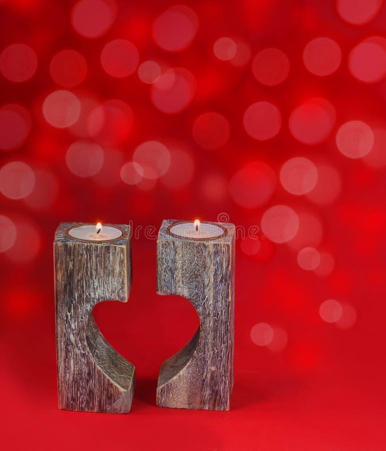 Romantischer Kerzenhalter in Form des Herzens für Valentinstag lizenzfreies stockbild