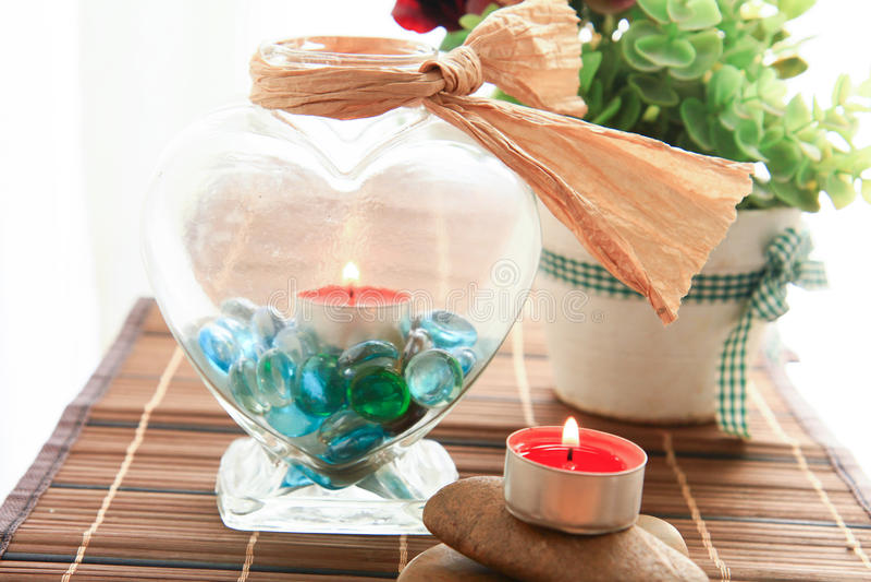 Romantischer Kerzenhalter mit schöner Blumendekoration stockbild