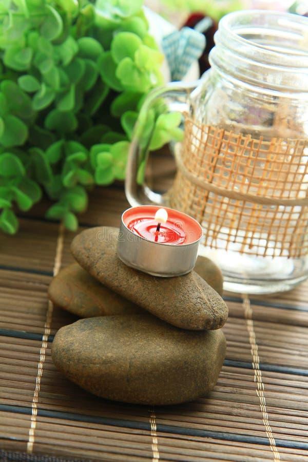 Romantischer Kerzenhalter mit schöner Blumendekoration lizenzfreies stockbild