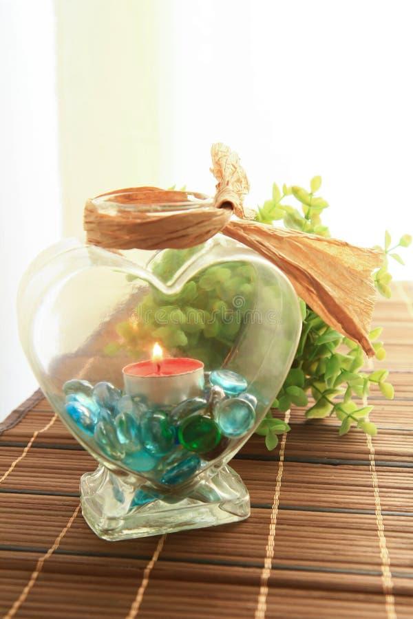 Romantischer Kerzenhalter mit schöner Blumendekoration lizenzfreie stockbilder