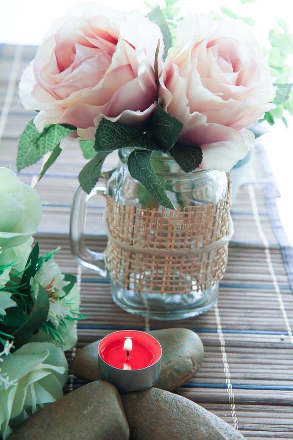 Romantischer Kerzenhalter mit schöner Blumendekoration stockfotos