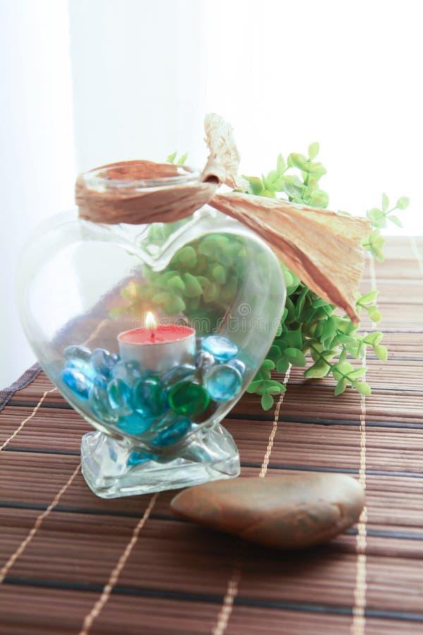 Romantischer Kerzenhalter mit schöner Blumendekoration stockfoto
